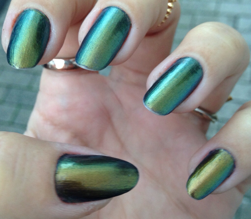 Nails Of The Week: Gold, Green And Blue Colour Shifting