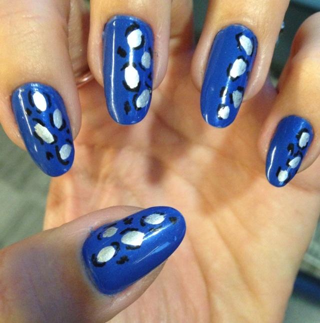 blue and silver leopard print manicure - somanylovelythings